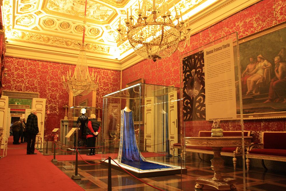 Sala dedicata agli abiti di Donna Franca Florio particolare dell'allestimento Firenze, Galleria del Costume di Palazzo Pitti
