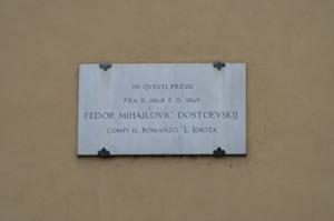 Мемориальная доска на площали Питти о пребывании Достоевского