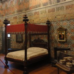 Das Zimmer hat die reichste Ausmalung des Palastes. Im oberen Register wird zwischen den Arkaden in Halbfiguren die dramatische Liebesgeschichte der Castellana von Vergy erzählt.