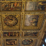 Die grossartige Decke, die der Florentiner Geschichte und den Institutionen der Stadt gewidmet ist, hat ihr Zentrum in der Apotheose von Cosimo I.