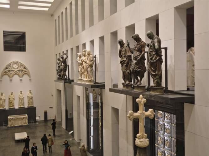 Dommuseum: Blick vom ersten Stockwerk auf die Baptisteriumstueren im Raum der Fassade